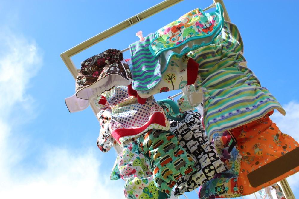 Stoffwindeln auf einem Wäscheständer unter blauem Himmel, Titelbild zur Stoffwindelwoche 2017
