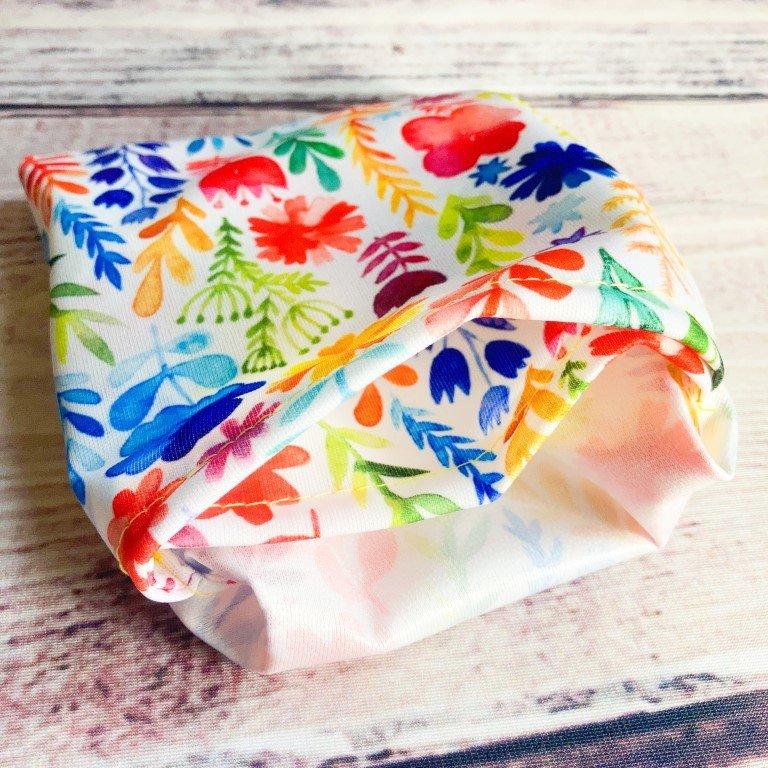 Nahtkäfer Mini Wetbag in buntem Blumen Design umgestülpt