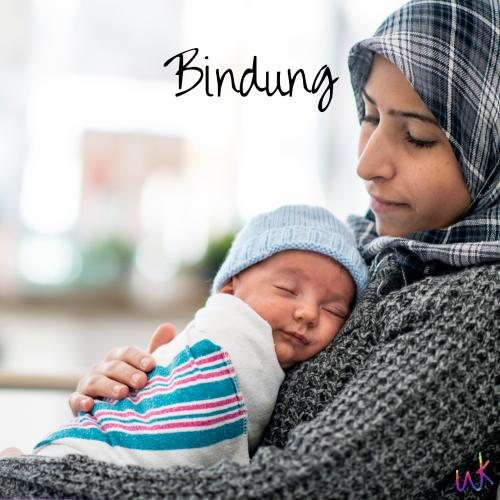 """Baby liegt schlafend auf seiner Mutter. Auf dem Bild steht """"Bindung""""."""