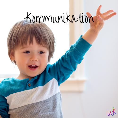 """Ein Kleinkind reckt einen Arm nach oben. Auf dem Bild steht """"Kommunikation"""". MiniSigns Kurse in Oldenburg"""
