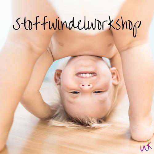 """Ein Kleinkind guckt stehend zwsichen seinen Beinen hindurch. Auf dem Bild steht """"Stoffwindelworkshop"""". Stoffwindelworkshop in Oldenburg"""