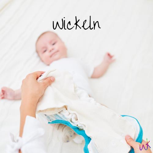 """EIn Baby liegt auf dem Rücken. Darüber halten zwei Hände eine Stoffwindel. Auf dem Bild steht """"Wickeln"""". Stoffwindelberatung und Stoffwindelworkshop in Oldenburg"""